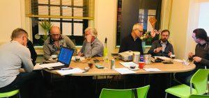 Deelnemers aan een Socratisch gesprek delen ervaringen om tot dieper inzicht te komen