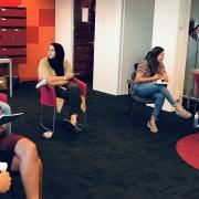 bestuursleden in gesprek tijdens een training 'Leiderschap' en besturen